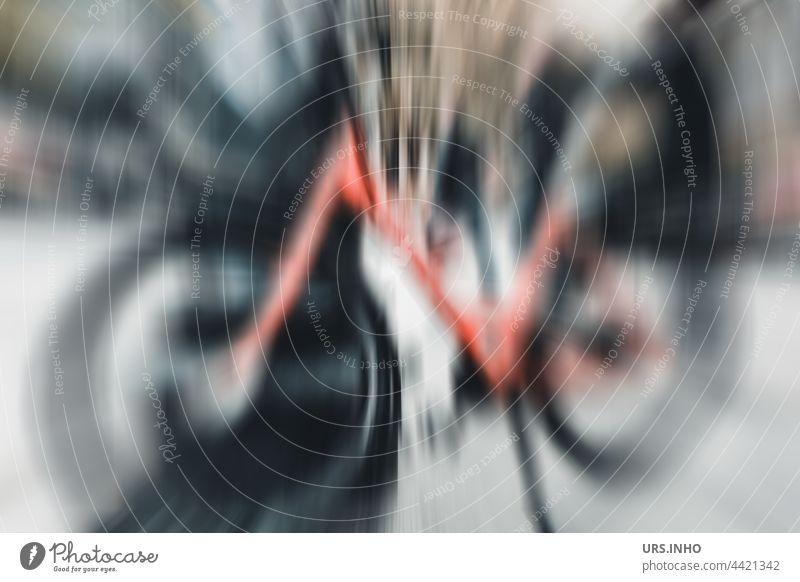 Ein abgestelltes orangefarbenes Fahrrad mit schwarzen Reifen zeigt sich dynamisch im Zentrum und strahlend Zweirad Verkehrsmittel umweltfreundlich Fahrradfahren