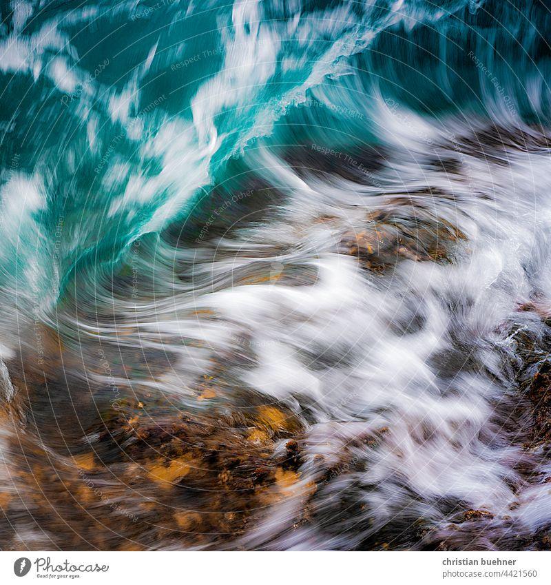 wasser und fels meer welle kraftvoll natur gischt strand ozean formen spritzig brsun blsu urgewalt fliessend stein atlantik leben