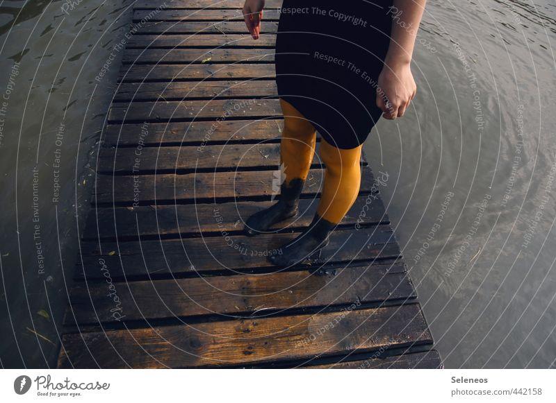 Dreckbodden Mensch Frau Natur Wasser Hand Meer Erwachsene Umwelt feminin Küste Holz Schwimmen & Baden Beine Fuß dreckig Wellen