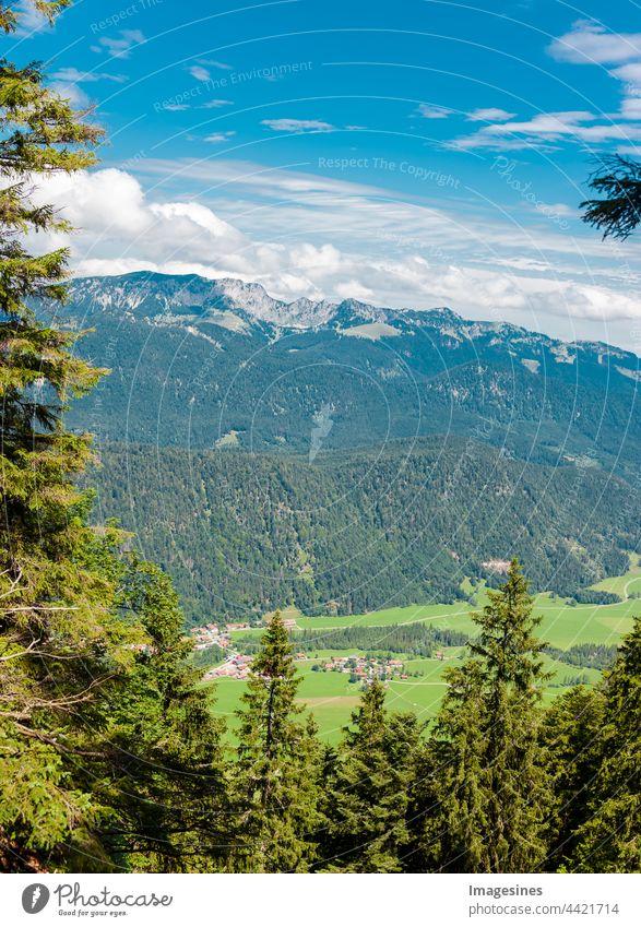 Landschaft der Bayerischen Voralpen in Deutschland, Europa, Dorf Bäcker. Blick vom Berg Staffel. Gebirgszug Bayern Alpen. vertikales Bild Bayerische Voralpen