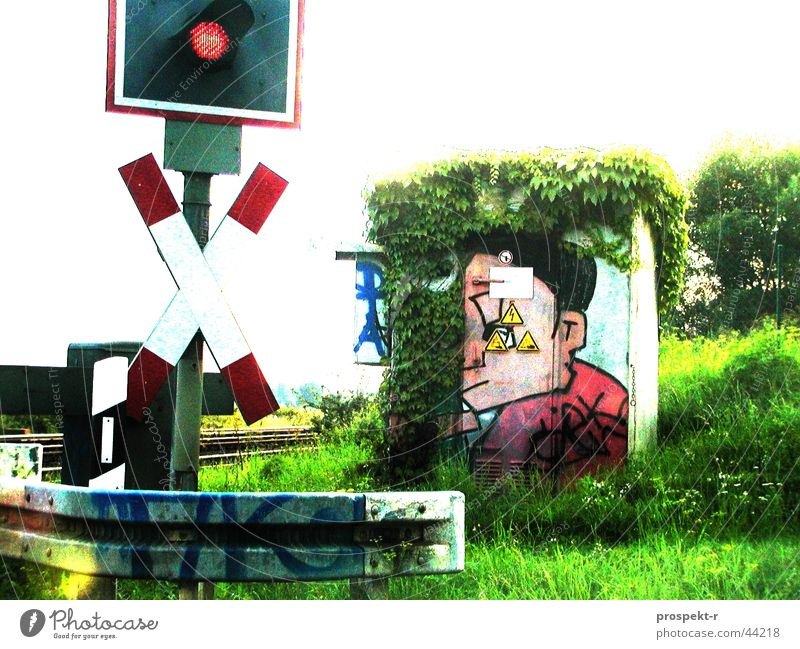 Andreas und sein Kreuz grün Gesicht Straße Graffiti Technik & Technologie Pfosten sprühen Schranke Tagger Leitplanke Elektrisches Gerät Bahnübergang Andreaskreuz Blinklicht