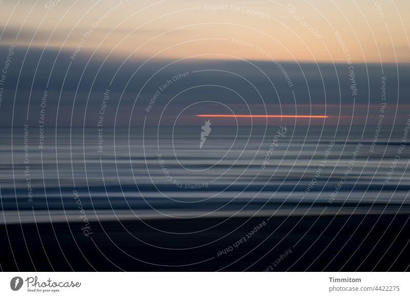 Sonnenuntergang an der Nordseeküste Sonnenuntergangsstimmung Himmel Wolken Strand Wellen Wellengang dunkel Natur Bewegungsunschärfe Dänemark Linien blau rot