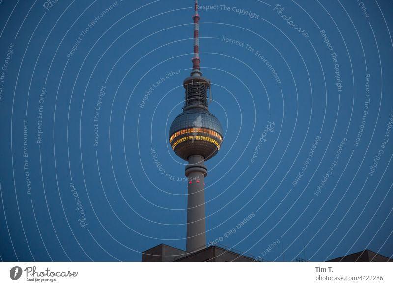 Der Berliner Fernsehturm am frühen Morgen Farbfoto Dämmerung Licht Alexanderplatz Wahrzeichen Turm Architektur Hauptstadt Sehenswürdigkeit Menschenleer