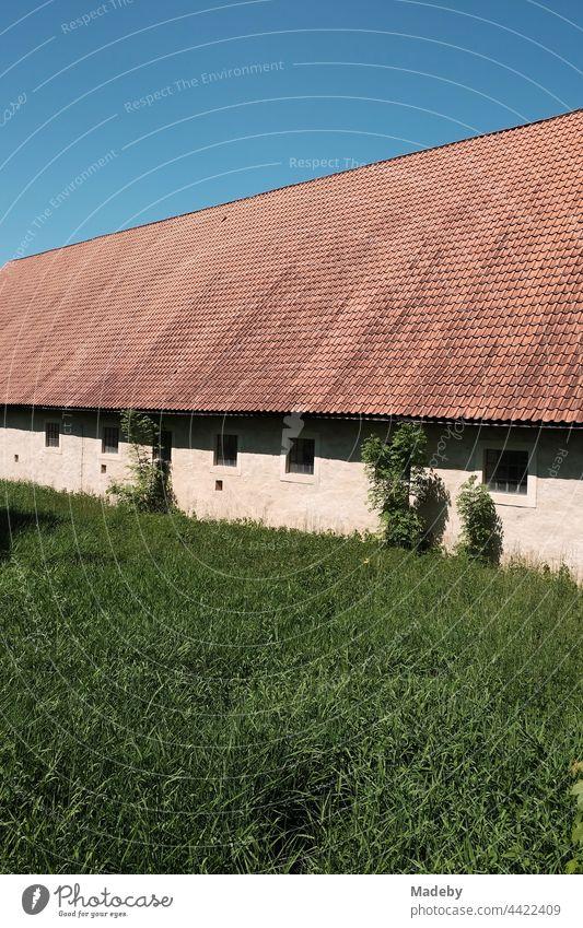 Große Stallungen eines alten Gehöft vor blauem Himmel bei Sonnenschein am Schloß Brake in Lemgo bei Detmold in Ostwestfalen-Lippe Bauerhof Scheune Gutshof
