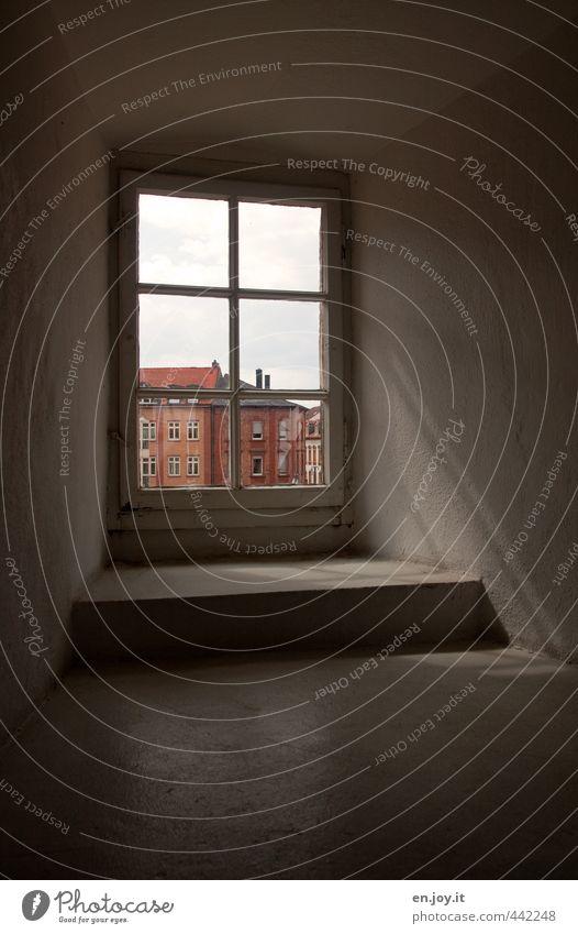 drinnen Stadt Altstadt Haus Gebäude Architektur Fenster Glas beobachten alt dunkel eckig grau rot Gefühle Stimmung Hoffnung Traurigkeit Sorge Trauer Sehnsucht