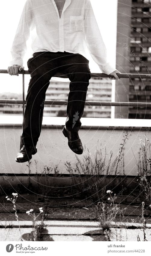 Auf dem Dach, die zweite Mann schwarz Beine maskulin Hochhaus Fabrik