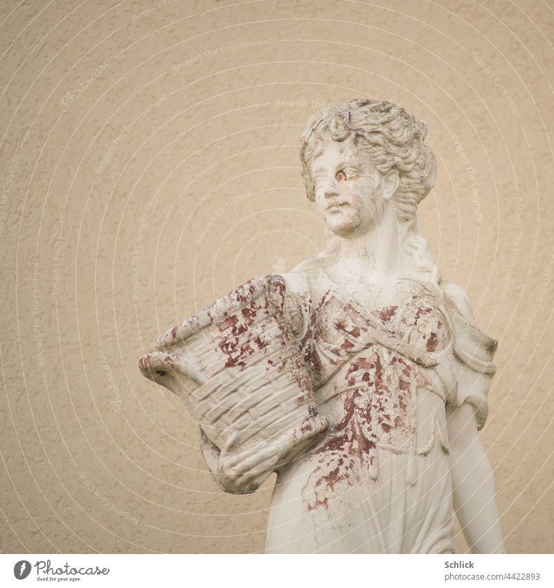 Schönheit mit Flecken weibliche Statue aus hellem Beton mit Farbablösungen und Rotalgen Frau braun Braunalgen fleckig Plastik frontal Oberkörper Blick zur Seite