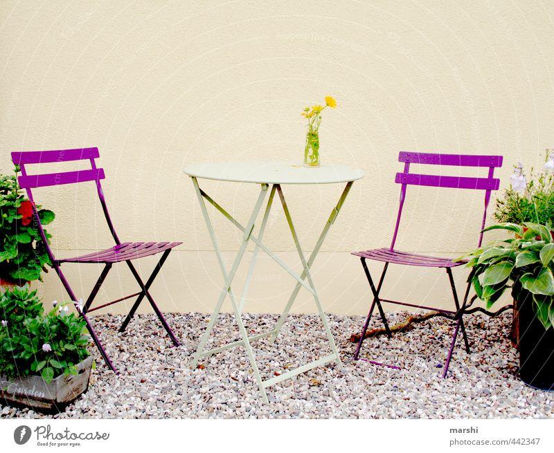 Platz im Garten Lifestyle Freizeit & Hobby Wohnung Natur Pflanze Stimmung Tisch Stuhl Möbel Kieselsteine violett Gartenstuhl Erholung Farbfoto Außenaufnahme