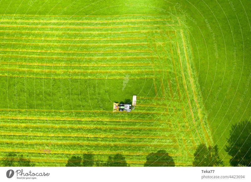 Traktor mäht ein #Feld feld farm landwirtschaft von oben wiese heu traktor moderner traktor traktor mäht