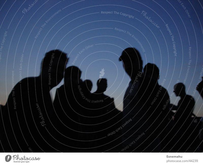 Dunkle Gestalten Mensch Frau Himmel Mann blau schwarz dunkel Berge u. Gebirge Kopf Menschengruppe Party Arme gegen Kulisse Baseballmütze