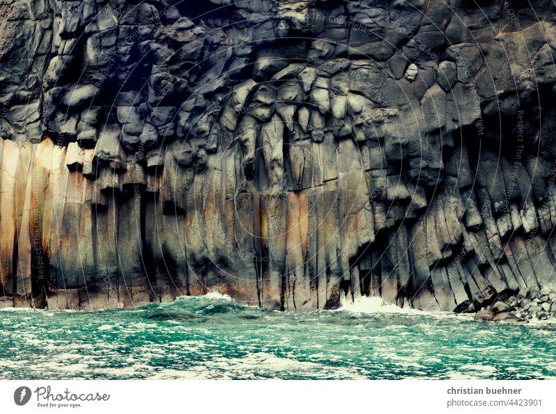 steinformationen und meer basalt natur strand gesichter steinwand gewaltig roh maechtig wellen gischt dunkel