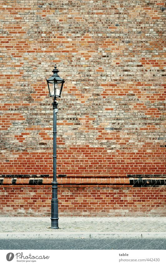 Partyleuchte Stadt alt rot Einsamkeit Haus schwarz Straße Wand Architektur Berlin Gebäude Mauer grau Stein Lampe Fassade