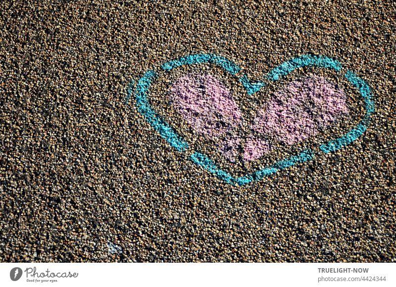 Weltkindertag   Ein pink blaues Herz. Hingemalt auf die Straße. Ganz allein für dich. Straßenmalerei Kreide Liebe Symbol Botschaft Graffiti Pastellfarben