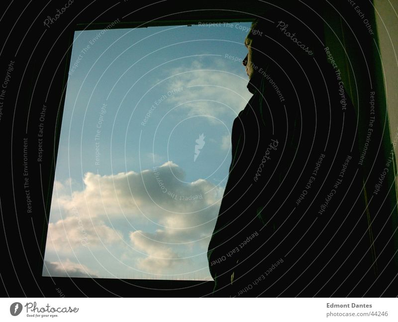 TU ES Mann Himmel blau ruhig Wolken Ferne Fenster Sehnsucht Mut Gedanke