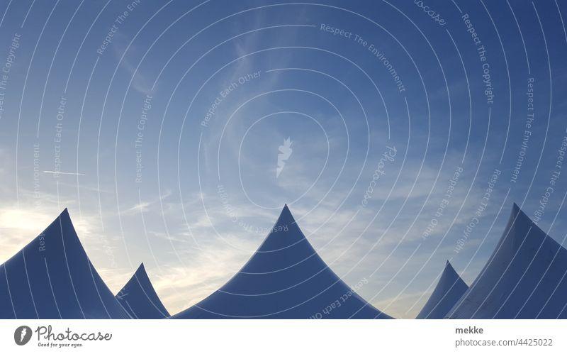 Künstliche Berggipfel im Sommerhimmel Spitze Zelt Berge u. Gebirge Himmel Gipfel blau Schnee Wolken Schneebedeckte Gipfel Zeltplane Pavillon Künstler Silhouette