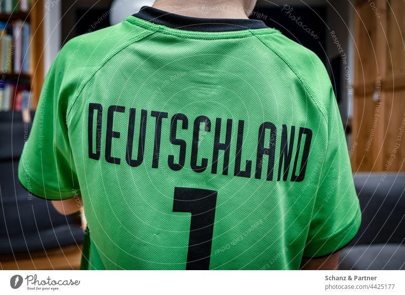 Kind mit Deutschland Trikot Fußball Nummer Sport grün Fan Fans Kleidung T-Shirt Fußballplatz Ballsport Freizeit & Hobby Sportveranstaltung Sportverein