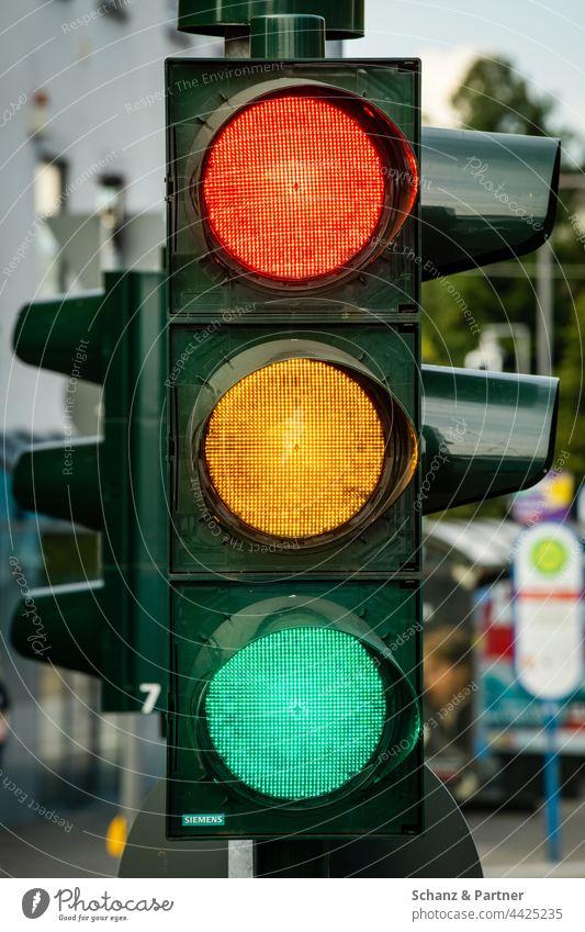 Ampel, bei der alle drei Farben leuchten. Rot, Gelb und Grün rot gelb grün Koalition Ampelkoalition Bundestagswahl Parteien SPD FDP Die Grünen Verkehrszeichen