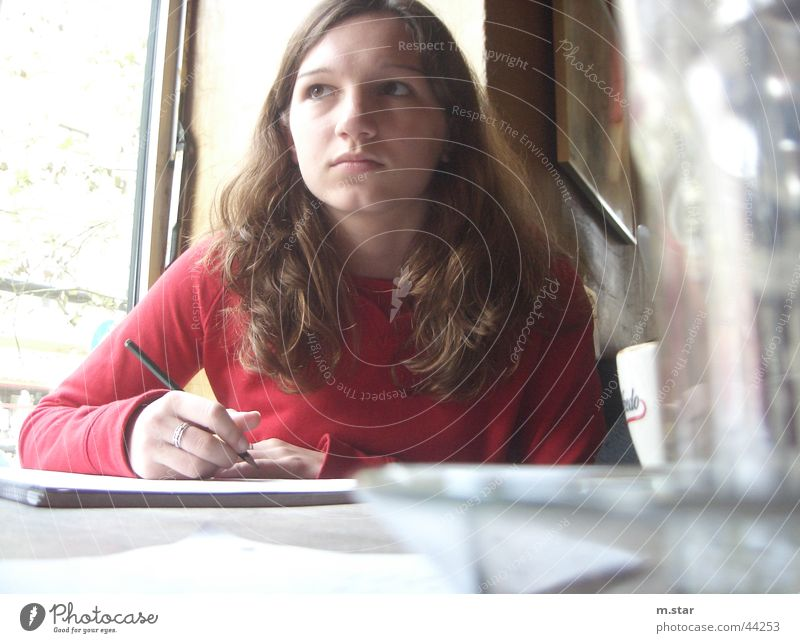 ... gedanken aufs papier ... Frau schön rot Denken Papier süß schreiben Café Gedanke Mensch