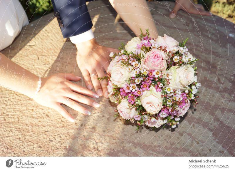 Brautpaar mit Brautstrauß Brautpaar, Brautstrauß, Trauringe, Hochzeit, Braut,Bräutigam Brautkleid Hochzeitspaar Mann Liebe Farbfoto Glück