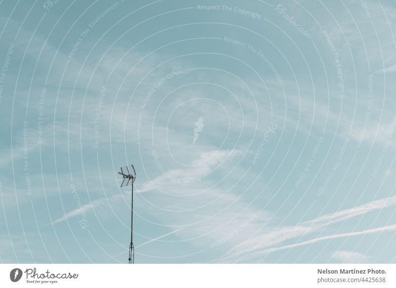 Minimaler blauer Himmel mit einem Telegrafenmast angespitzt sanft verschwommen wispy trendy Einfachheit elegant Bewegung neblig minimalistisch Licht Raum weich
