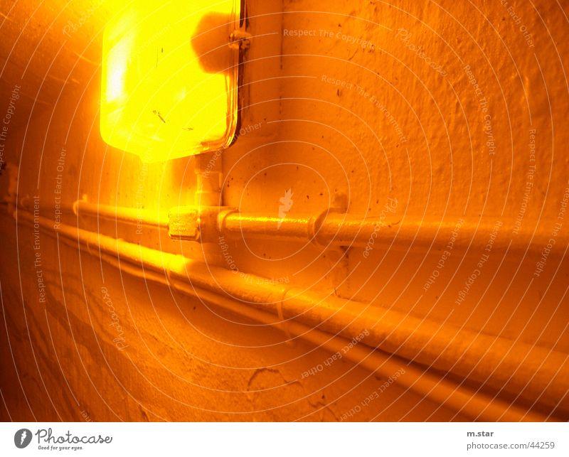 BunkerLampe gelb Lampe Wand orange Dinge Röhren Kanada Bunker