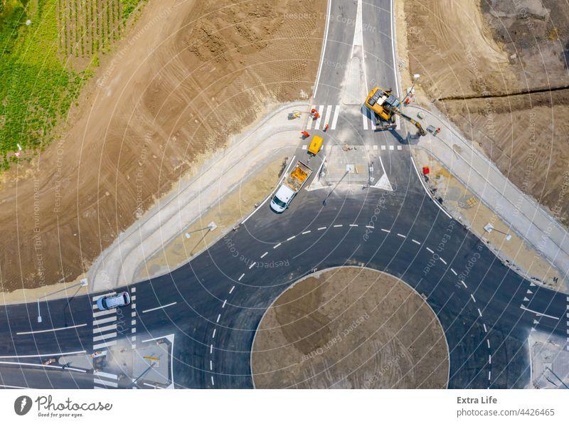 Luftaufnahme der Baustelle, Abschluss der Arbeiten, neuer Kreisverkehr oben aktiv Antenne Architektur Asphalt PKW kreisrund Tiefbau Querstraße Regie Laufwerk