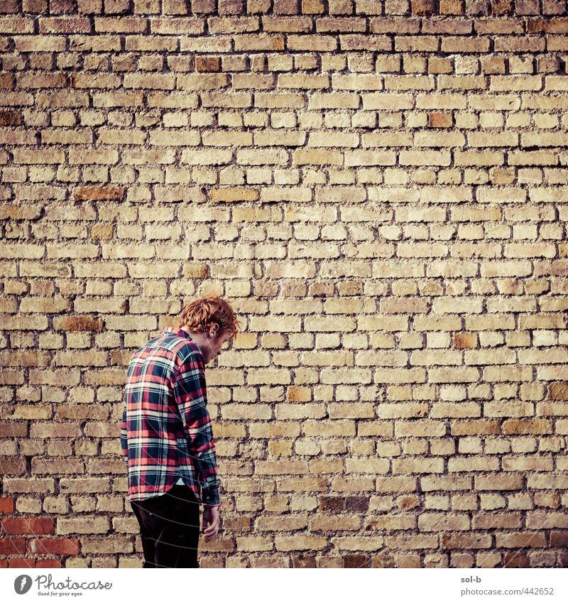 Mensch Jugendliche Stadt Einsamkeit Erwachsene Junger Mann 18-30 Jahre Wärme Wand Traurigkeit Mauer orange maskulin hoch Hemd Müdigkeit