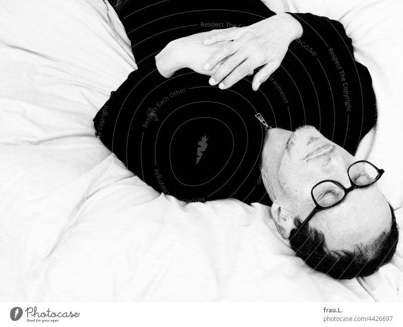 Entspannen Porträt Mann Brille Bett dösen Bart Kopf Hände Ruhe
