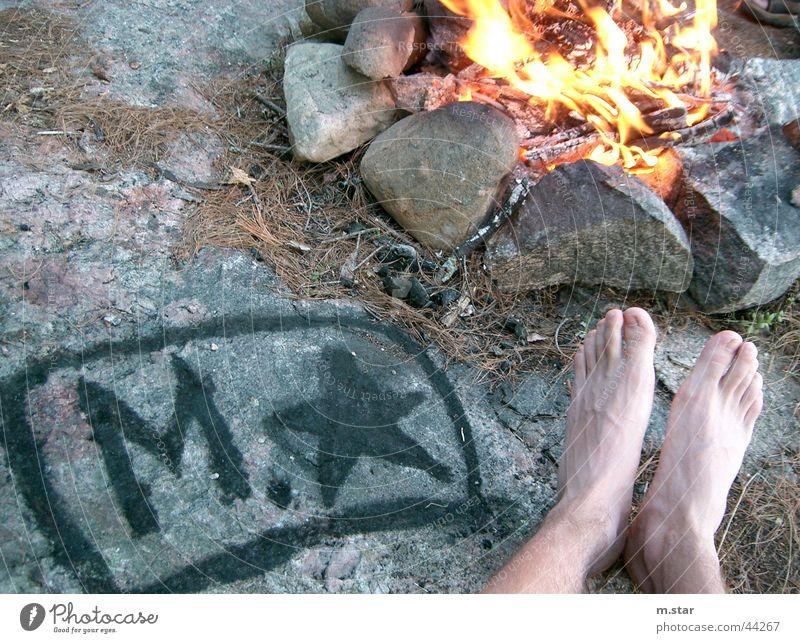 Chilling am Lagerfeuer Mensch Erholung Fuß Beine Brand Camping Logo Feuerstelle