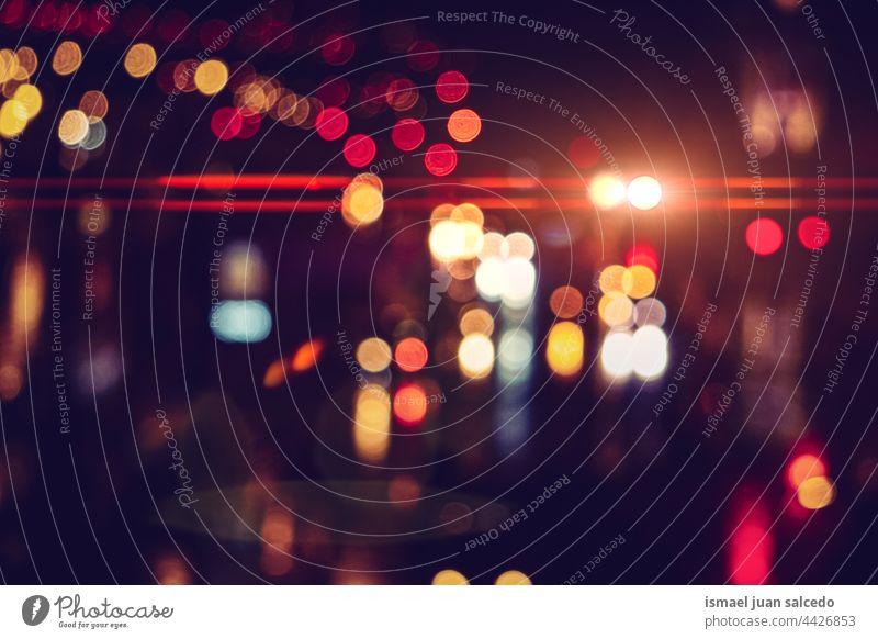 defokussierte mehrfarbige Straßenlaternen bei Nacht in der Stadt Lichter Farben farbenfroh Bokeh Kreise hell glänzend Unschärfe verschwommen Großstadt im Freien