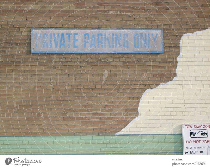 private parking only Parkplatz Kanada Wand Straßennamenschild Verkehr PKW car blau Schilder & Markierungen