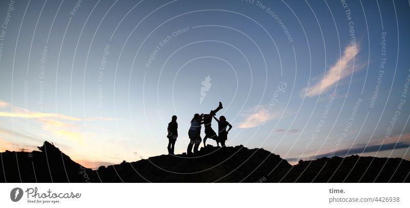 konstruktiv   Stehhilfe handstand helfen Stimmung Hügel Abend Panorama (Aussicht) Silhouette Dämmerung Ausgelassenheit mehrere Sonnenuntergang Lust