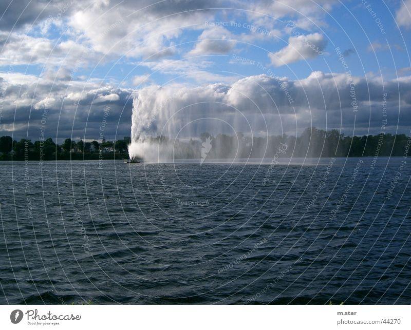 water fountain Wasserfontäne See Canda Peterborough Wolken schlechtes Wetter hell-blau lake Natur kanda Landschaft Himmel