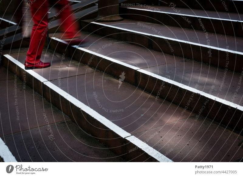 Fußgänger in roten Hosen und Schuhen steigt eine Treppe hinauf - Detailaufnahme der Beine Stadt Mensch Bewegungsunschärfe gehen Schatten Licht Außenaufnahme