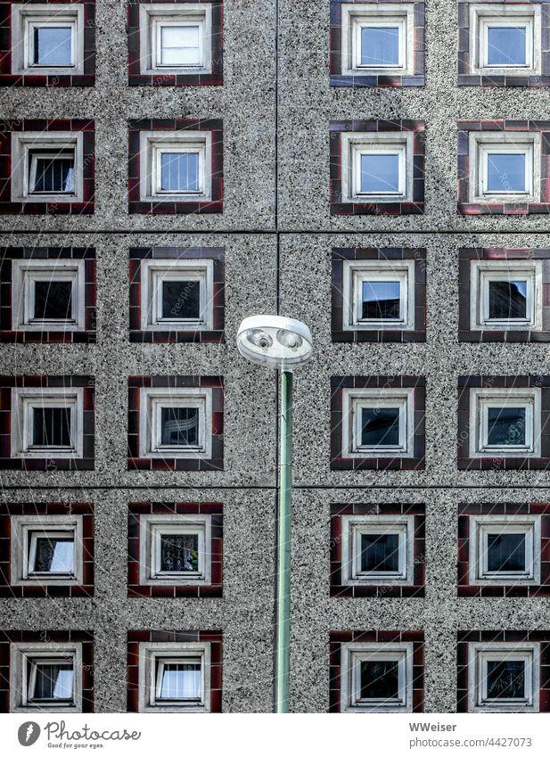 Diese Fassade erzählt vom Wohnungsbau in Berlin-Mitte zur DDR-Zeit Platte Ostdeutschland wohnen Plattenbau Straße Haus Wohnhaus Fenster geometrisch Kästchen
