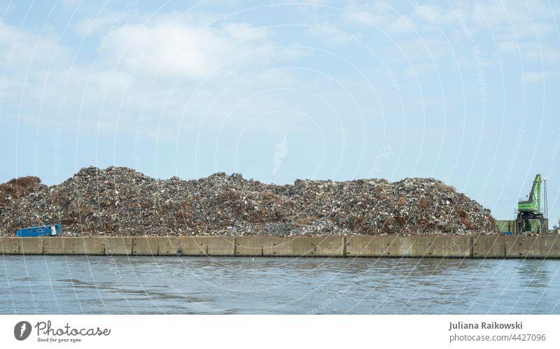 Schrottplatz am Hafen Hamburg Rost Metall Stahl Recycling Müll Umweltverschmutzung Industrie Außenaufnahme Farbfoto alt Müllhalde Menschenleer kaputt dreckig