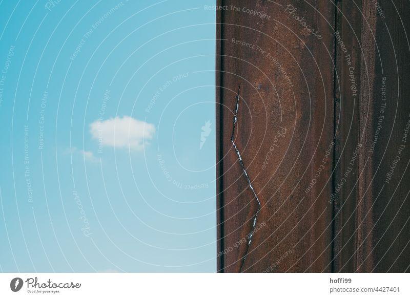 Spundwand mit Riss und Wölkchen spundwand Stahl Stahlträger rostig rostiges Metall Blauer Himmel wolke Rost blau Außenaufnahme Architektur Eisen metall alt
