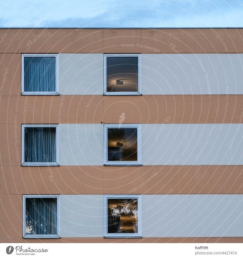 Hochhausfassade mit mit geschlossenen und  offenen Vorhängen Himmel Wolkenkratzer Architektur Skyline hoch Fassade modern Stadtzentrum Großstadt Gebäude Haus