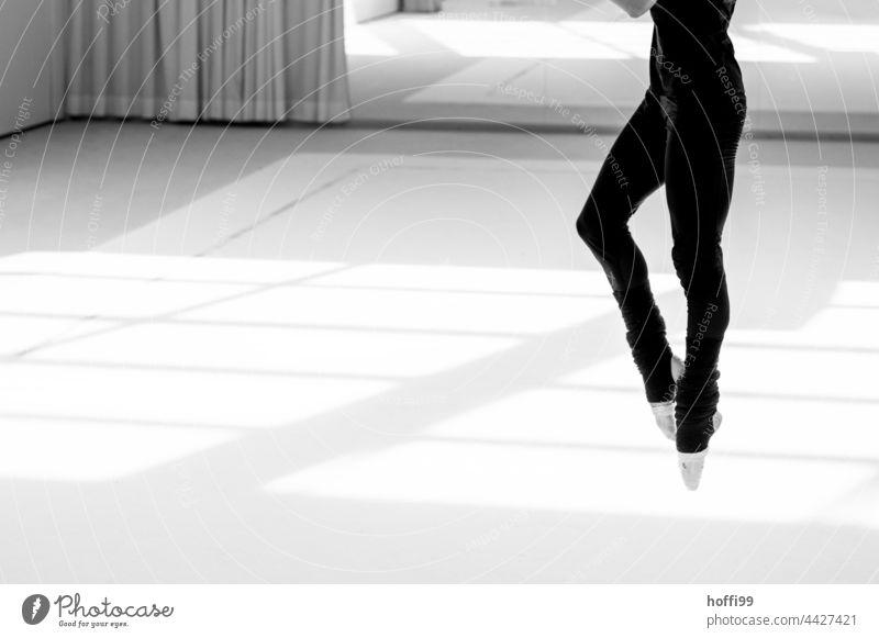 graziler Sprung einer Ballerina Balletttänzer Training Füße zusammen Fuß Bein muskulös elegant Tanzen Tänzer Frau Beine üben Jugendliche Mädchen schön klassisch