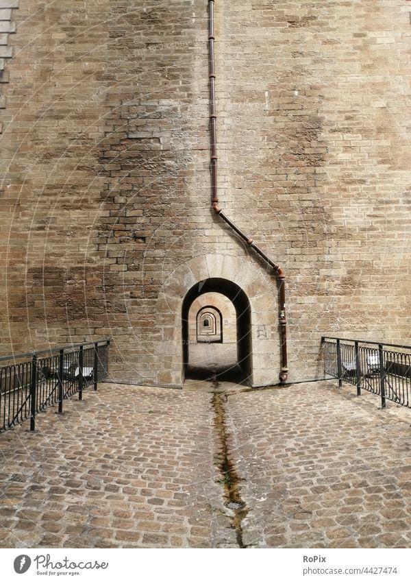 Fußweg im Viadukt von Morlaix. Mauer Steinquader Wand wall Sandstein Architektur Stadtmauer urban städtisch Lastwagen Burg Mauerwerk stone art Bollwerk Eisen