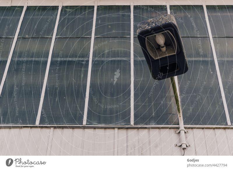 Außenbeleuchtung an der Fassade einer Fabrikhalle Lampe Beleuchtung Glühbirne Glas Fenster Metall Wand Stange Licht Elektrizität hell Kabel dunkel