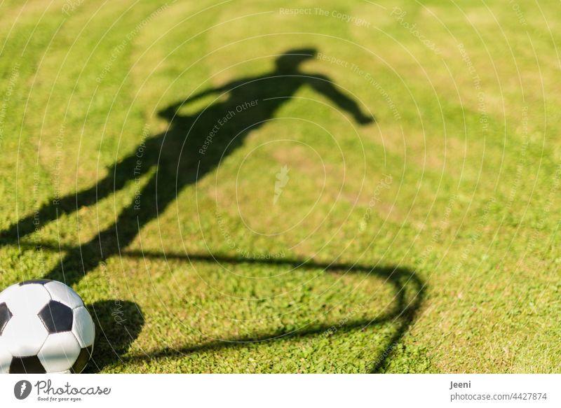 Schattenspiel mit Ball Fußball Fußballplatz Fußballtor Tor Ballsport Beine Körper Körperhaltung sportlich Sportler Fußballer Fußballtraining Mensch 1