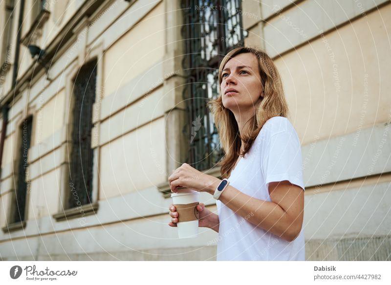 Frau geht mit Kaffeebecher durch die Stadt. Tasse Papier trinken Spaziergang Großstadt Straße lässig sich[Akk] entspannen Freiheit Business Mädchen urban Model