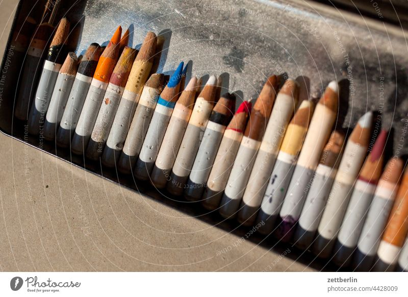 Buntstiftreste bunt buntstift farbe farbig farbkalibrierung farbmuster farbspektrum farbverlauf farbwert grafiker illustrator schachtel sparen sparsam stummel