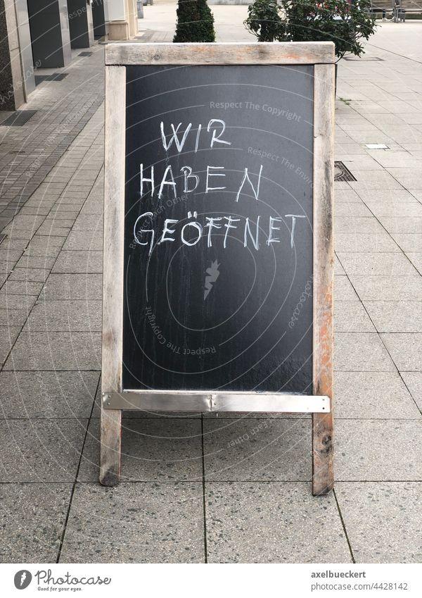 Wir haben geöffnet auf Kundenstopper vor Geschäft oder Restaurant wir haben geöffnet offen Schilder & Markierungen Kreide Kreidetafel Bürgersteig Fußgängerzone