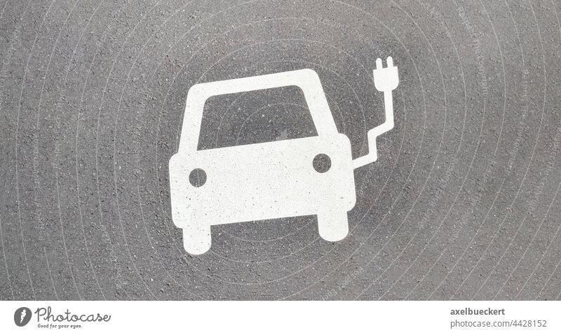 E-Auto Ladestation Symbol auf Asphalt e-Auto elektroauto e-Auto Ladestation laden Aufladen elekto elektrisches auto automobil Verkehr Verkehrsmittel