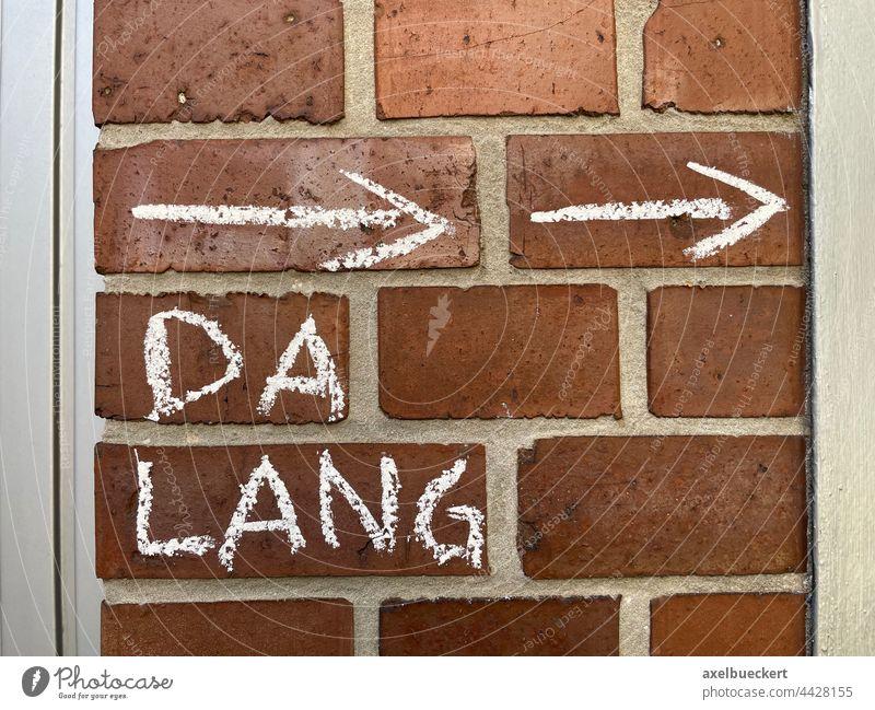 Da lang da lang Pfeil Wegweiser Kreide Kreideschrift Mauer Handschrift Richtung Orientierung Schilder & Markierungen Hinweis Zeichen Navigation