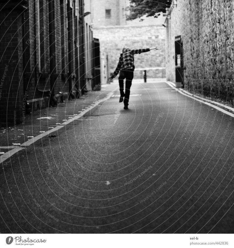 Zombie-Tanz maskulin Junger Mann Jugendliche 1 Mensch 18-30 Jahre Erwachsene Stadt Gebäude Mauer Wand Straße Wege & Pfade dunkel frei gruselig verrückt Freude
