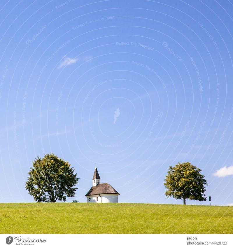 kirchenmodell in holzrahmen. Kirche klein Menschenleer Religion & Glaube Außenaufnahme Gotteshäuser Christentum Gebäude Architektur Bauwerk Himmel alt Kirchturm