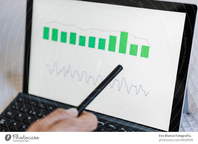 Nahaufnahme einer Frau, die mit dem Computer Finanzdaten bearbeitet. Analyse von Grafiken und Statistiken auf dem Bildschirm. Technologie und Geschäftskonzept